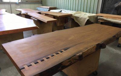 實木桌板經過塗料能展現出不同風味